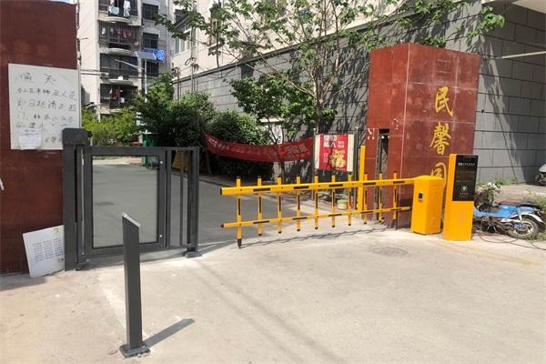徐州民馨园东区选择徐州圣杰科技有限公司车牌识别系统+广告门产品