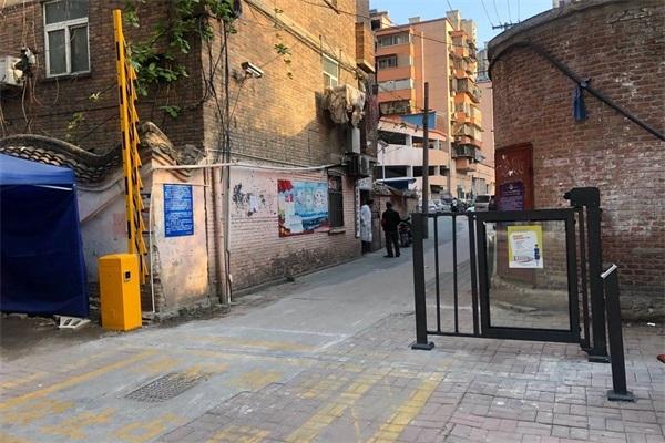 徐州西阁街综合楼北门选择徐州圣杰科技有限公司道闸广告门产品