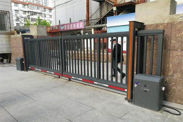徐州淮海农商银行总行选择徐州圣杰科技有限公司对开直线门产品